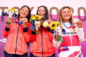 メダルを手に笑顔の(左から)2位・開心那、1位・四十住さくら、3位・スカイ・ブラウン(カメラ・矢口 亨)