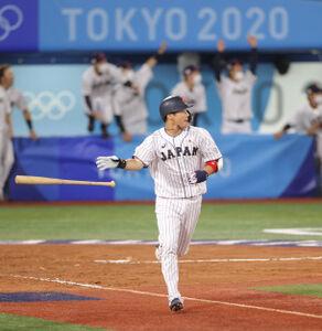 8回2死満塁、山田(手前)が走者一掃の適時二塁打を放つ(カメラ・竜田 卓)