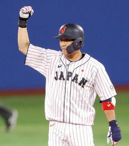 8回、塁上でガッツポーズする山田