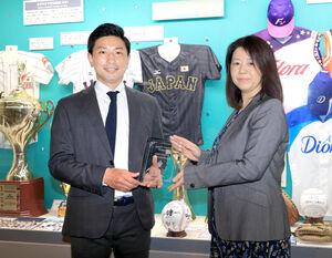 全日本女子野球連盟の山田博子会長と東都大学準硬式野球連盟の杉山智広理事長