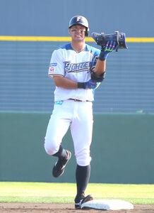 適時二塁打を放った後、自打球を当てた右足を気にする大田泰示
