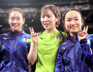 香港に勝利し、決勝進出を決めた(右から)伊藤美誠、平野美宇、石川佳純
