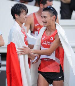 男子20キロ競歩で銀メダルを獲得した池田向希(左)と銅メダルを獲得した山西利和は笑顔で抱擁