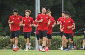 ウォーミングアップする(左から)中山雄太、瀬古歩夢、吉田麻也ら(カメラ・宮崎 亮太)