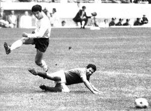 サッカーのメキシコシティ五輪3位決定戦。メキシコ・日本。ゴールを決める釜本邦茂