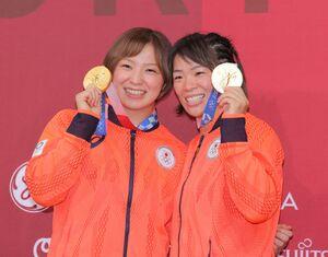 姉妹で金メダルを獲得し、笑顔を見せる姉・川井梨紗子(右)と妹・川井友香子