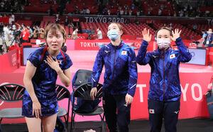 銀メダルを獲得し、スタンドにあいさつする(左から)平野美宇、石川佳純、伊藤美誠