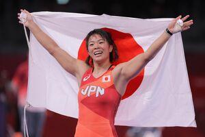 女子57キロ級で金メダルを獲得し、日の丸を掲げる川井梨紗子(カメラ・相川 和寛)