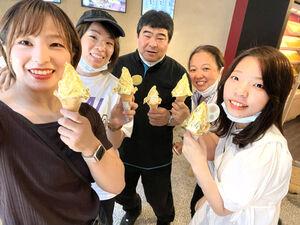 東京五輪前に金沢の茶屋街を訪れ、金ぱくソフトクリームで5つの輪を作った川井家(家族提供)