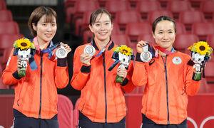 銀メダルに笑顔を見せる(左から)平野美宇、石川佳純、伊藤美誠(カメラ・竜田 卓)