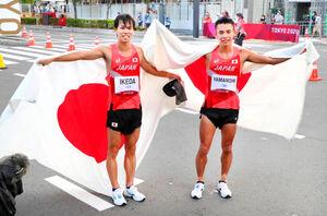 銀メダルに輝いた池田向希と銅メダルに輝いた山西利和(右)