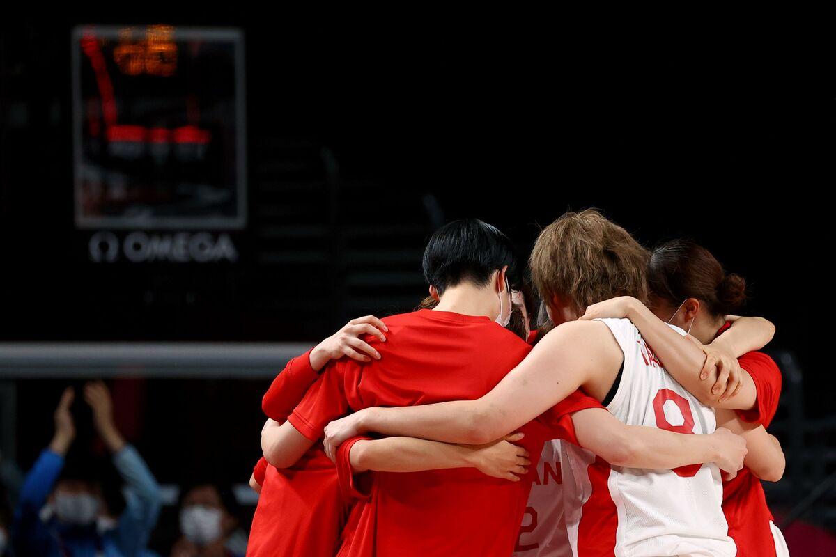 肩を組んで勝利を喜び合うバスケットボール女子日本代表(ロイター)