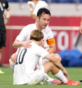 メダルならず、吉田麻也が堂安律を涙ながらに慰める(カメラ・竜田 卓)