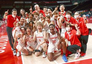 決勝進出を喜び合うバスケットボール女子日本代表の選手たち(ロイター)