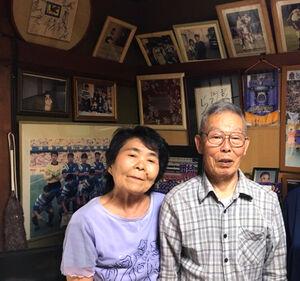 長崎市内の実家から森保一監督にねぎらいの言葉を送った父の洋記さん(右)と母の万知子さん