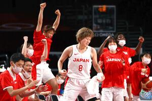 得点が決まり、喜ぶ高田(中央)ら日本チームの選手たち(ロイター)