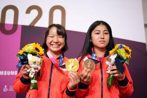 並んで笑顔を見せるスケートボード女子ストリートで金メダルの西矢椛(左)と銅メダルの中山楓奈(カメラ・矢口 亨)