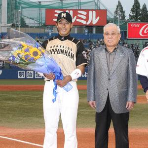 12年5月、2000本安打を達成した稲葉に試合前、野村克也氏から花束贈呈が行われた