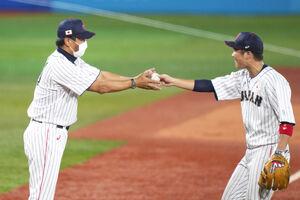 坂本勇人(右)からウイニングボールを受け取る稲葉監督