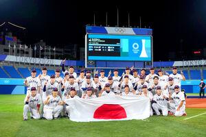 優勝して記念撮影する日本の選手