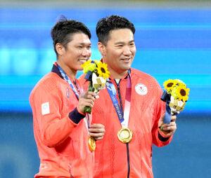 記念撮影する坂本勇人(左)と田中将大