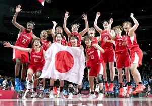 銀メダルを獲得して喜ぶバスケットボール女子日本代表(カメラ・矢口 亨)