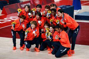 銀メダルを獲得した女子バスケットボールの日本チーム(ロイター)