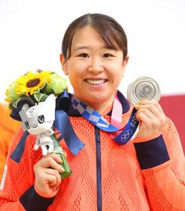 公式会見を終え、銀メダルを手に笑顔を見せる梶原悠未(カメラ・竜田 卓)