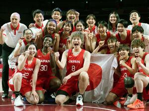 銀メダルを獲得して喜ぶバスケットボール女子日本代表(中央は高田 カメラ・矢口 亨)