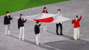 国旗を運ぶら高藤、大橋ら(ロイター)