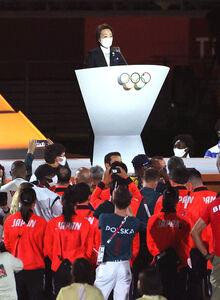 閉会式で聖火の前であいさつする橋本聖子会長 左はバッハ会長(カメラ・竜田 卓)
