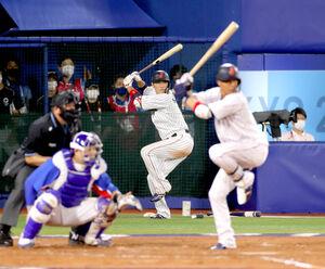 準決勝の韓国戦で、打席の山田(右)とタイミングを合わせる、次打者の坂本