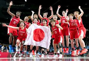 銀メダルを獲得して喜ぶバスケットボール女子日本代表