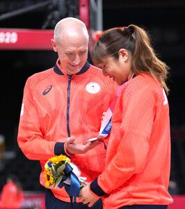 銀メダルに輝いた選手を祝福するトム・ホーバス監督