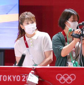 2日、レスリング会場で取材する吉田沙保里さん