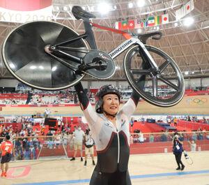 銀メダルを獲得、誇らしげに自転車を掲げた梶原悠未