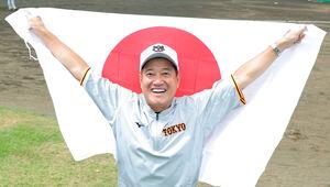 原監督は、日の丸を掲げて悲願の金メダルを獲得した侍ジャパンを祝福した