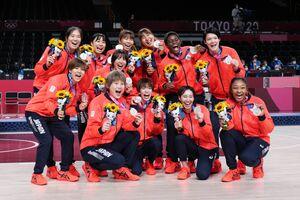 銀メダルを手に笑顔を見せる日本代表選手ら