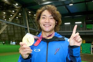 日本ハムの室内練習場で東京五輪の金メダルを披露した伊藤(代表撮影)