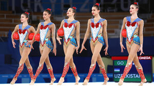 セーラームーン風の衣装を着たウズベキスタン新体操団体代表(ロイター)