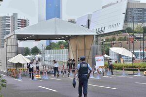 東京五輪・選手村の入り口で警備にあたった人たち