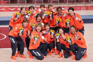 銀メダルを手に笑顔を見せる日本チーム