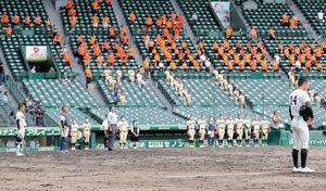 戦没者のめい福を祈り、黙とうが行われる甲子園球場(カメラ・義村 治子)