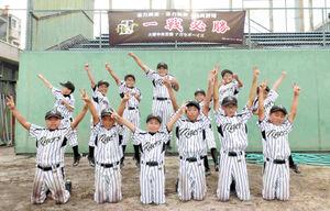 東大阪大会へ向け、タイガースの選手らが行う「ラパンパラポーズ」で気合を入れるナガセナイン