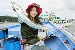 由梨ちゃんが釣り上げた80センチ級のタチウオ。天ビン仕掛けでは数釣りが楽しめる(浜新丸で)
