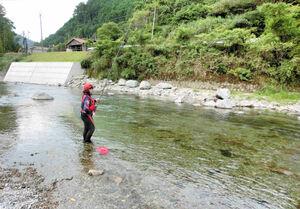 東吉野村の自然を楽しみながらアユを追う峰松さん