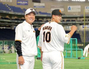 背番号10を披露する中田翔(右)と原辰徳監督