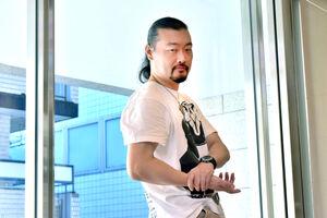 最近はまっているボディービルのポーズをとる直木賞を受賞した佐藤究さん(カメラ・瀬戸花音)