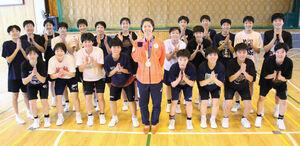 母校に凱旋した東藤(中央)を祝福する札幌山の手の後輩部員