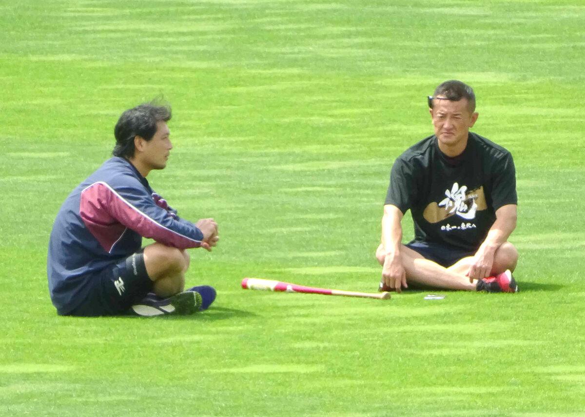 グラウンドで石井投手コーチ(右)と話し込む涌井
